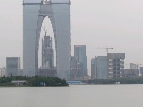 Il grattacielo di Suzhou, nel Jiangsu, soprannominato «paio di mutandoni»