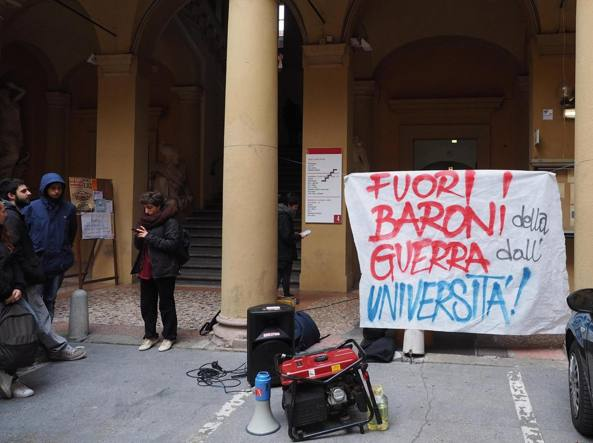 Lo striscione del collettivo Cua nel cortile della facolt�' di scienze politiche dopo la contestazione ad Angelo Panebianco (Ansa)