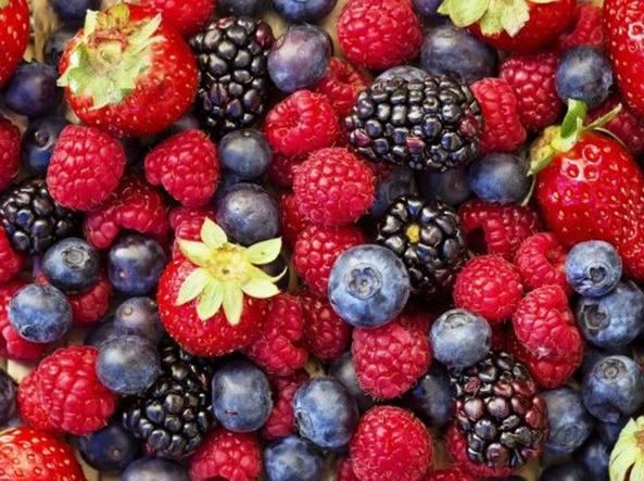 Fragole e frutti di bosco ricchi di antocianine