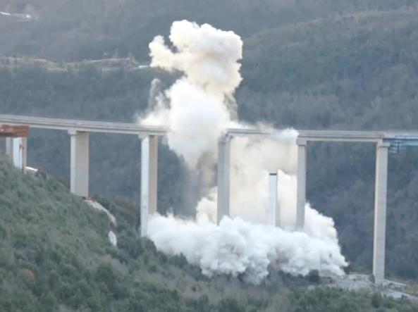 Il momento della demolizione  del viadotto «Italia» tramite esplosivo