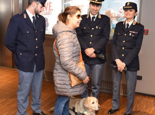 Roberta al cinema con gli agenti e il suo cane guida «Rasta» (foto Polizia di Stato)