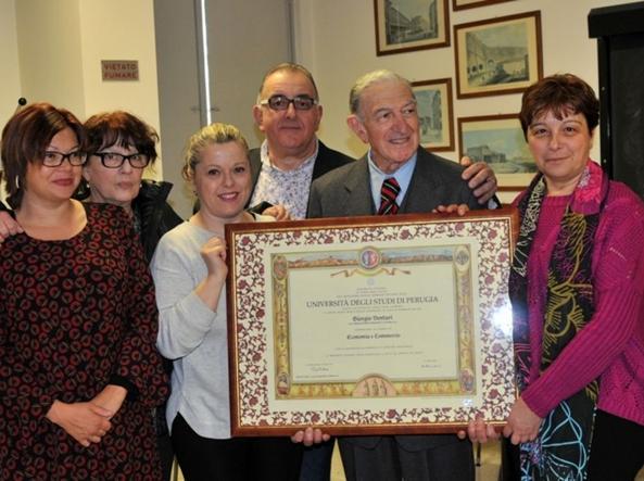 Giorgio Venturi (secondo da destra) con il certificato di laurea