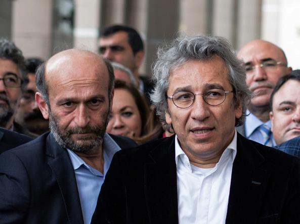 Da sinistra: Erdem Gul e Can Dundar, fuori dal tribunale di Istanbul (Ap)