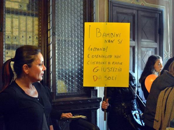 Le mamme dei bambini dell'Asilo CEP di Pisa manifestano davanti al Sindaco chiedendo sicurezza nelle Scuole materne (Fotogramma)