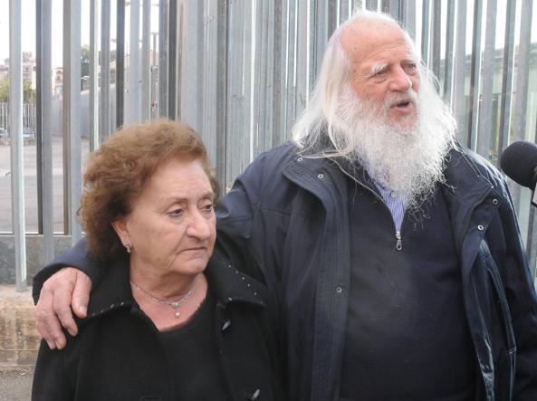 Vincenzo Agostino (che dal giorno dell'omicidio del figlio Antonino non si è più tagliato la barba) con la moglie Augusta Schiera (Fotogramma)