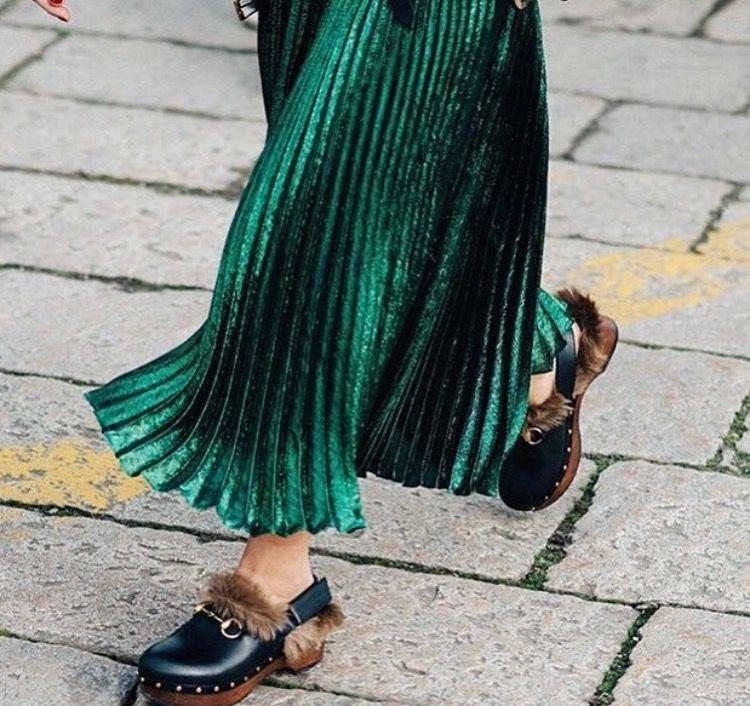 Piume zoccoli pelosi e vestaglia lo street style