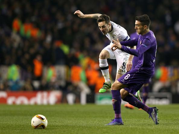Mason contrastato da Vecino in Tottenham-Fiorentina 3-0