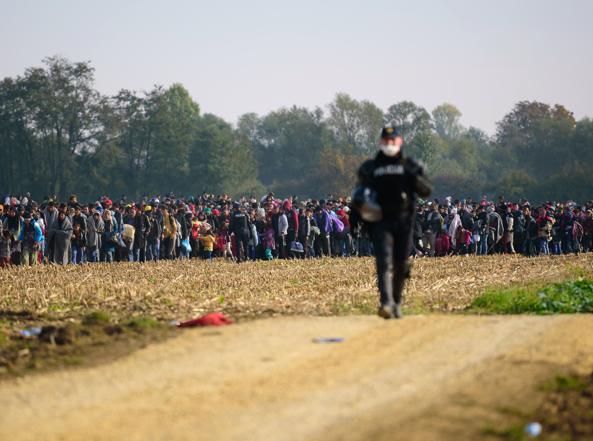 Migranti al confine tra Croazia e Slovenia nell'ottobre del 2015 (Afp)