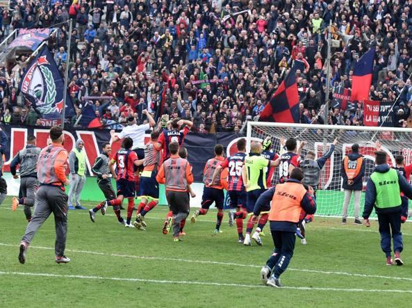 I giocatori del Crotone festeggiano la vittoria contro il Vicenza (LaPresse)
