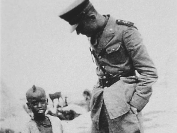 Indro Montanelli (1909 -2001) in Africa orientale, dove fu ufficiale degli ascari eritrei durante la guerra di Etiopia (1935-1936) © Archivio GBB / Agenzia Contrasto