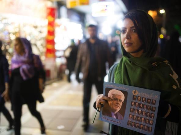 Una donna in strada a Teheran dove si � votato per il Parlamento e l'Assemblea degli Esperti. La scelta delle donne ha premiato i riformisti (Getty)
