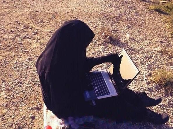 Una donna al computer in una foto diffusa in rete che sarebbe stata scattata a Raqqa, la «capitale» dell'Isis