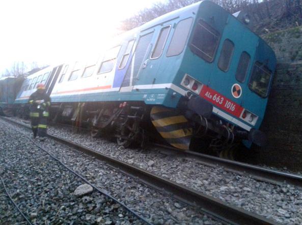 Il treno deragliato nel Biellese (Ansa)