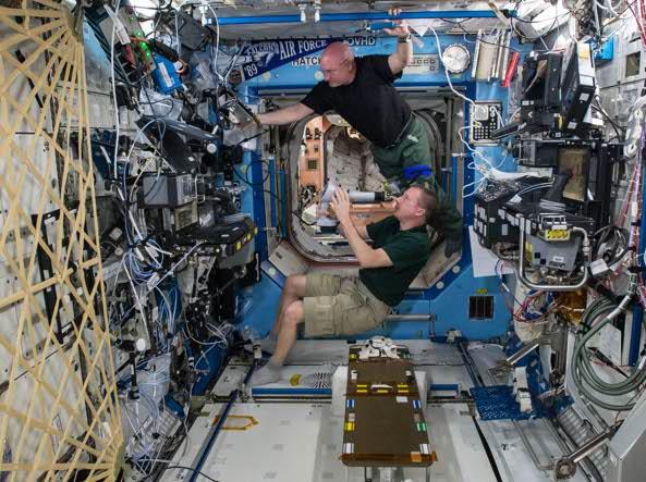Scott Kelly all'interno della  stazione spaziale (Ap)