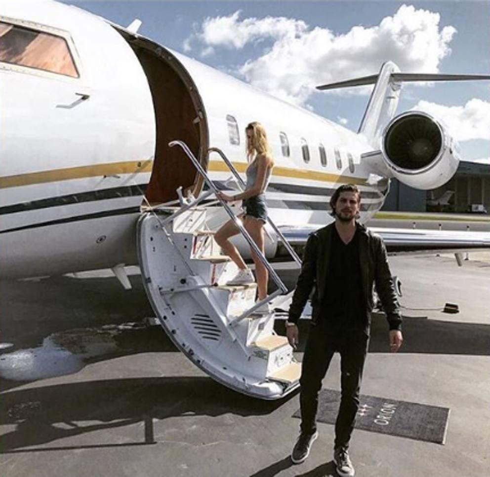 Aereo Privato Di Lusso : Giovani ricchi e immersi nel lusso aereo privato auto