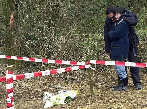 Paola Pellinghelli abbracciata dal marito Paolo Onofri il giorno del ritrovamento del corpo senza vita del figlioletto Tommy
