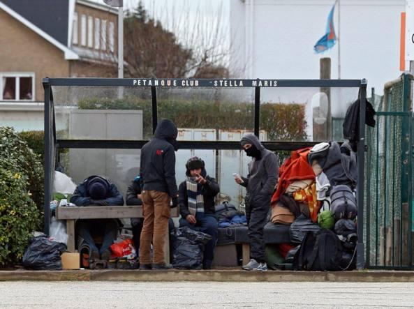 Migranti  accampati temporaneamente  a   Zeebrugge, in Belgio ( Epa/Laurent Dubrule)