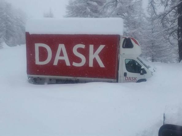 Il furgone polacco bloccato dalla neve lungo la strada del colle dell'Agnello (Soccorso alpino)