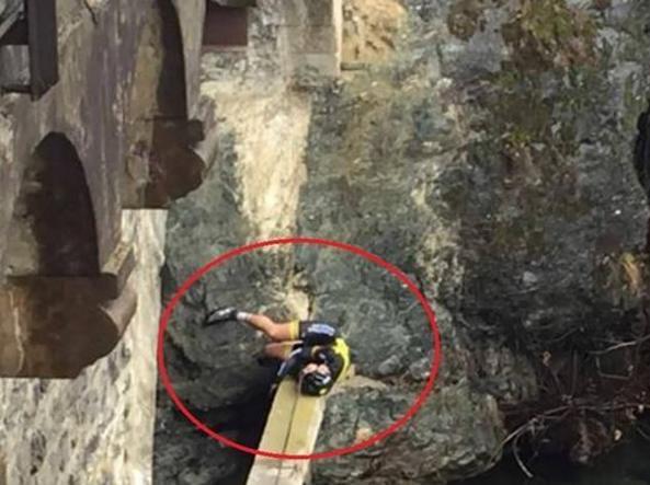 Arnold Fiek in bilico sulla trave di cemento prima di finire in acqua