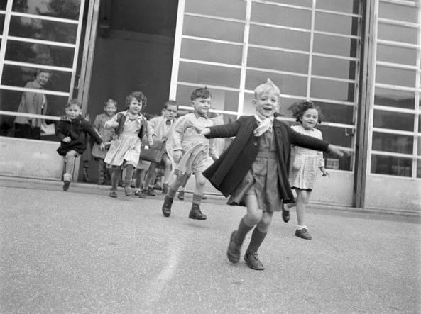 Francia, 1946: intervallo in una scuola di Suresnes (foto Contrasto)