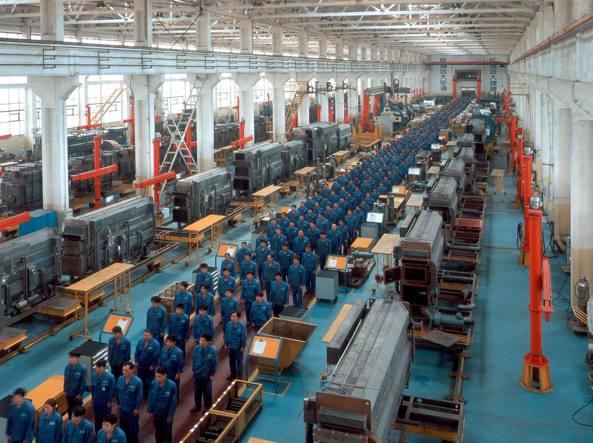 Operai cinesi in una fabbrica attendono l'inizio del turno. I tagli del governo centrale nelle industrie statali potrebbero toccare fino al 20% dei lavoratori (Ap)