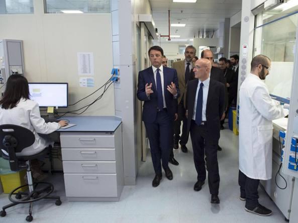 Il presidente del Consiglio Matteo Renzi durante la visita alla Irbm, azienda specializzata in ricerca farmaceutica, Pomezia (Ansa)