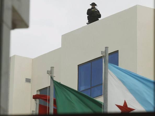Un poliziotto tunisino sorveglia su un tetto la 33esima sessione del Consiglio dei ministri arabi a Tunisi (Reuters)