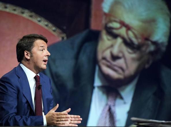 Il premier Matteo Renzi e, sullo sfondo, Denis Verdini (LaPresse)