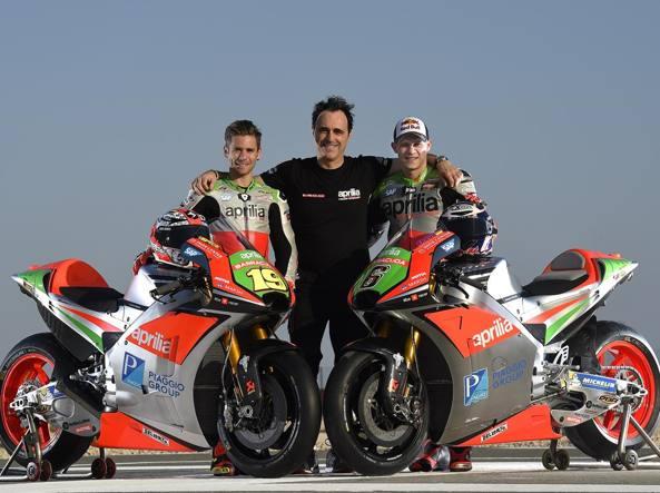 Romano Albesiano capo di Aprilia Racing, insieme a Alvaro Bautista e Stefan Bradl (Foto: Aprilia)