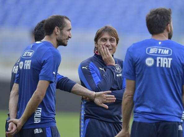 Il C.t. Conte con i calciatori della Nazionale (LaPresse)