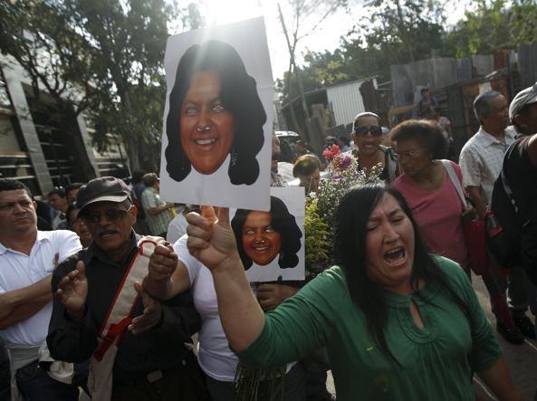 Le proteste in strada a Tegucigalpa (Reuters)