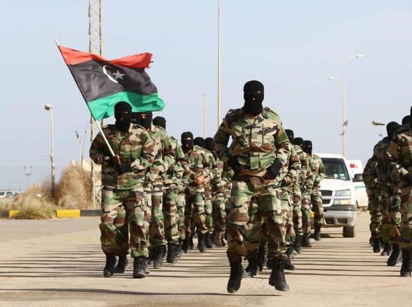 Soldati libici in parata alla base aerea di Tripoli (Ansa)