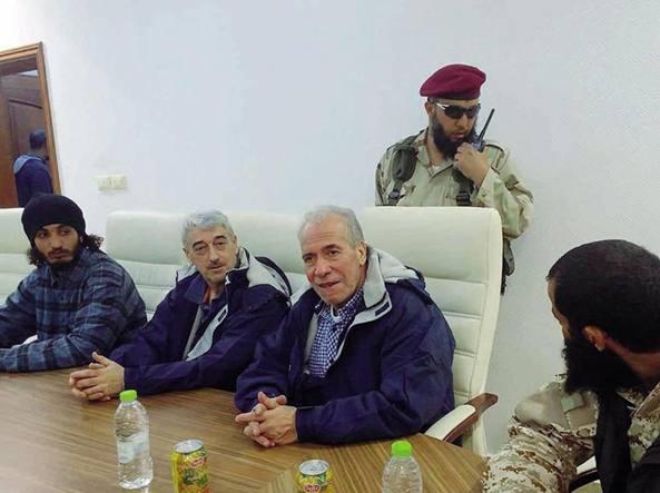 Gino Pollicardo e Filippo Calcagno ieri tra i miliziani di Sabratha in una foto diffusa su Facebook dal consiglio militare della citt� libica