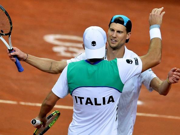 Andreas Seppi, di spalle, abbraccia Simone Bolelli: vincendo anche il doppio l'Italia di Coppa Davis approda ai quarti (Afp/Pizzoli)