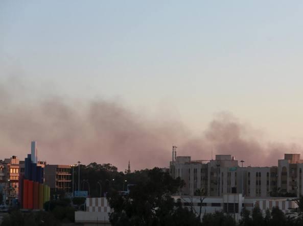 Nuvole di fumo si levano nel cielo di Bengasi durante  combattimenti  tra fazioni rivali (Reuters)