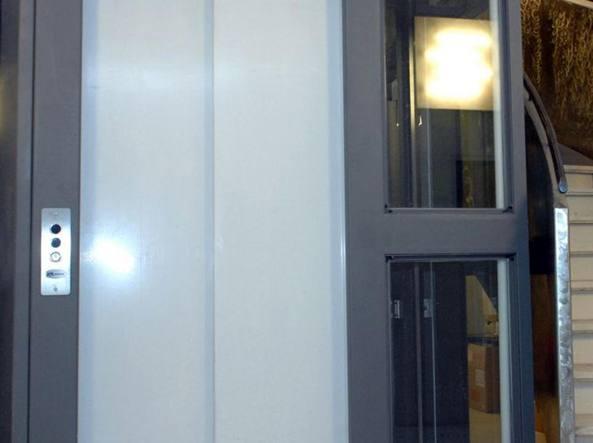 Un ascensore  non dissimile da quello in cui ha trovato la morte una donna di 43 anni
