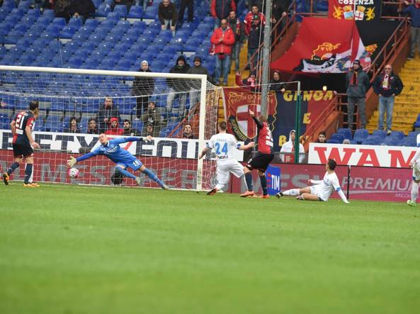 Il gol di Luca Rigoni che decide Genoa-Empoli (LaPresse)