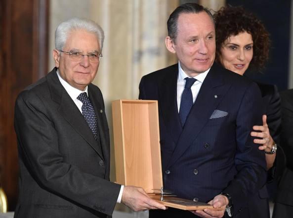 Il Presidente Mattarella consegna il Premio Leonardo ad Ermenegildo Zegna, durante la celebrazione della �Giornata della Qualit� Italia� al Quirinale (Ansa)