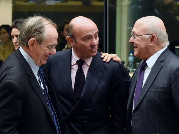 Il ministro dell'Economia Pier Carlo Padoan con l'omologo spagnolo  Cristobal Montoro Romero e il ministro delle Finanze francese Michel Sapin all'Eurogruppo