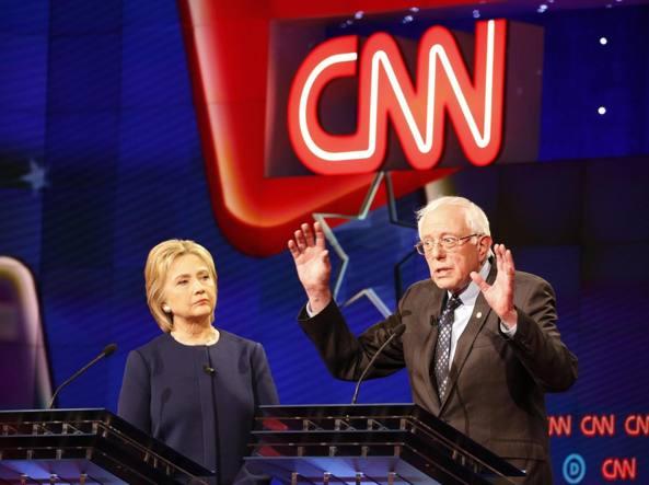 Hillary Clinton e Bernie Sanders durante il dibattito tv a Flint in Michingan (Epa)