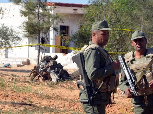 Militari tunisini  dopo l'assalto al covo di un gruppo di  miliziani dell'Isis alla periferia di Ben Guerdane lo scorso 3 marzo (Afp)