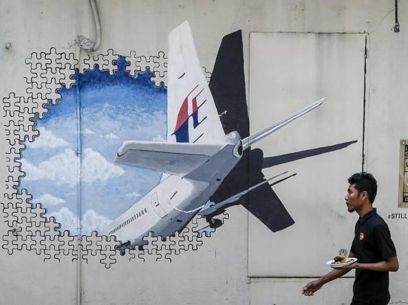 Un murale che ricorda la tragedia dell'aereo scomparso, a Kuala Lumpur, Malesia