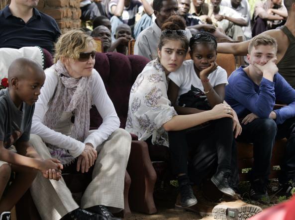 Madonna con, da sinistra, i figli David Banda, Lourdes, Mercy James e Rocco (foto di Amos Gumulira/Afp)