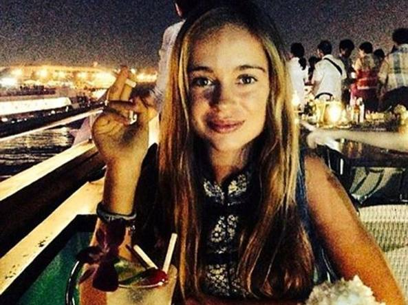 Amelia Windsor con la sigaretta in mano, davanti a un bloody mary (Instagram)