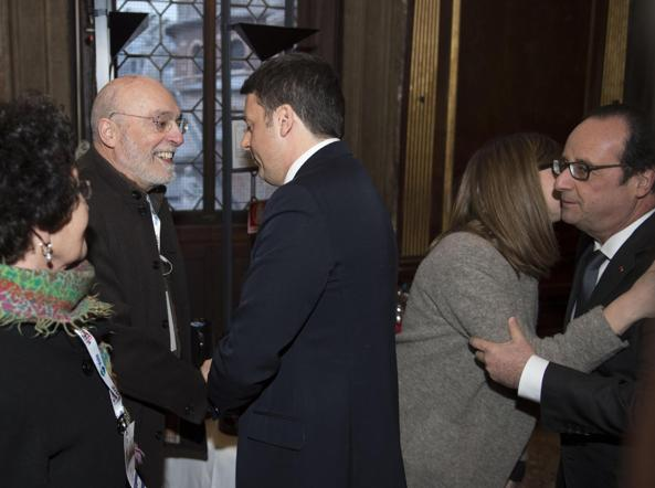 Matteo Renzi e Francois Hollande con i genitori di Valeria Solesin e del fidanzato della ragazza (Ansa)