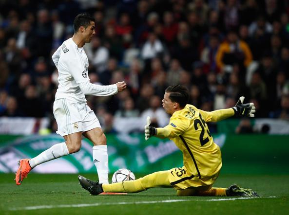 Wojciech Szczesny  in chiusura su Cristiano Ronaldo (Getty Images/Arroyo Moreno)