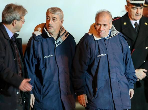 Il ministro degli Esteri, Paolo Gentiloni, con i tecnici liberati Gino Pollicardo e Filippo Calcagno  (Ansa)