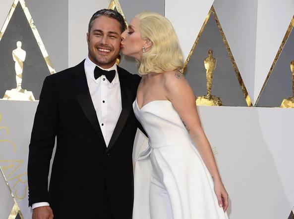 Lady Gaga e  Taylor Kinney sul red carpet degli Oscar (Epa)