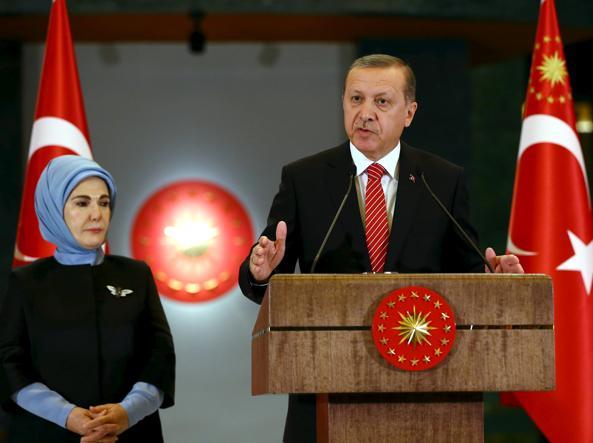 Emine Erdogan a fianco del marito ad Ankara nel 2015 (Foto Reuters)