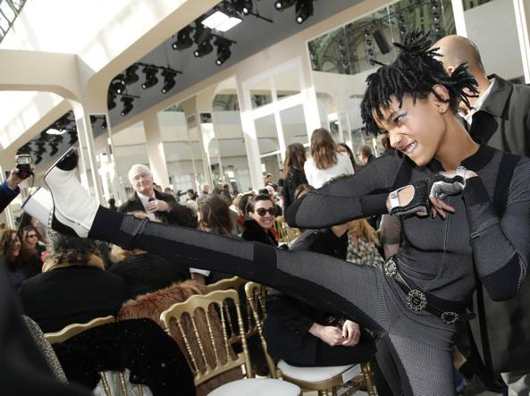 Willow Smith alla sfilata di Chanel a Parigi (Ap)